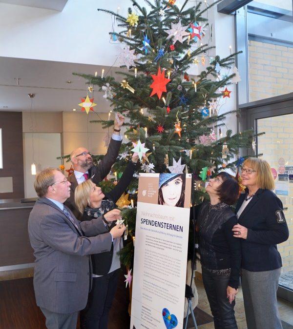 """Spendenweihnachtsbaum im Foyer des Hotels """"First Inn"""""""